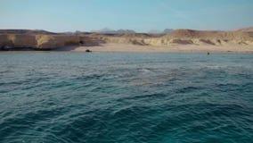 Glashelder diep water van het rode overzees en de verlaten kust van het eiland Panorama Langzame Motie stock footage