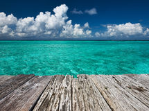 Glashelder turkoois water bij tropisch strand Stock Fotografie