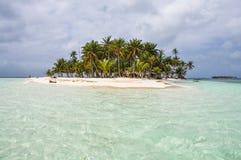 Glashelder water bij perfect Caraïbisch eiland. San Blas, Panama. Midden-Amerika. stock fotografie