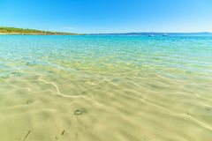 Glashelder water in Lazzaretto-strand stock afbeeldingen