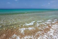 Glashelder water met kleine golven, azuurblauwe overzees op achtergrond U royalty-vrije stock afbeelding