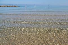 Glashelder water van de Middellandse Zee Netanya, Israël stock foto