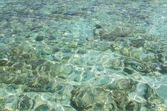 Glashelder water van het tropische overzees Stock Afbeeldingen