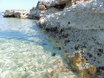 Glashelder water van Kaap Kamenjak, Istria, Kroatië stock afbeeldingen