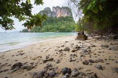 Glashelder zeewater, prettige en schaduwrijke atmosfeer in Phak Bia Island, Ao Luek District, Thailand Stock Fotografie