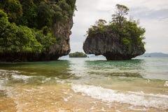 Glashelder zeewater, prettige en schaduwrijke atmosfeer in Phak Bia Island, Ao Luek District, Thailand Royalty-vrije Stock Foto