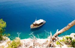 Glasheldere Adriatische overzees bij makarska Riviera, Dalmatië, Kroatië stock afbeeldingen