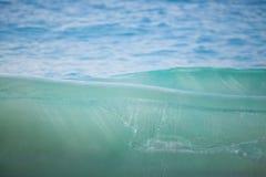Glasheldere golf bij het strand Stock Afbeelding