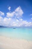 Glasheldere oceaan en blauwe hemel Royalty-vrije Stock Foto's