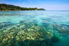 Glasheldere overzees bij tropisch eiland Stock Afbeeldingen
