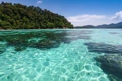 Glasheldere overzees bij tropisch eiland Stock Foto's