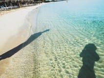 Glasheldere turkooise watersilhouetten op het strand Royalty-vrije Stock Foto's