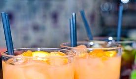 Glashoogtepunt van alcohol en ijswelpen. Stock Foto's