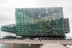 Glashus av operan i Reykjavik Island 10 06,2017 arkivbild