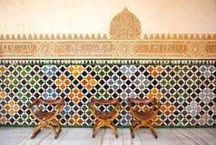 Glasig-glänzende Fliesen, azulejos, mittelalterliche Stühle, Alhambra-Palast in Granada, Spanien stockfotos