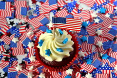 Glasig-glänzende kleine Kuchen oder Muffins verziert mit ameri Stockbild