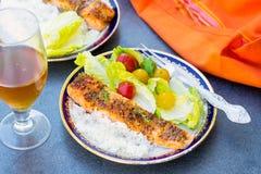 Glasig-glänzende Lachse mit Aprikosenstau und -senf Stockbild