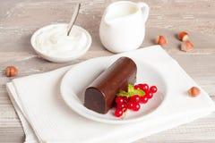Glasig-glänzende Quark mit Schokolade und frischer Korinthe süßes bre stockbilder