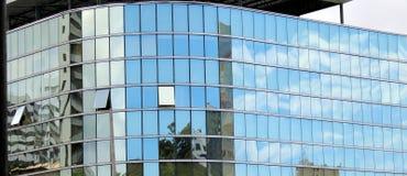 Glasig-glänzendes façade eines Gebäudes stockfotografie
