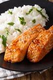 Glasig-glänzendes Lachsfilet mit Reis schmücken Nahaufnahme vertikal stockfoto