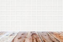 Glasige Wand des weißen Mosaiks und brauner Bretterboden Stockbild