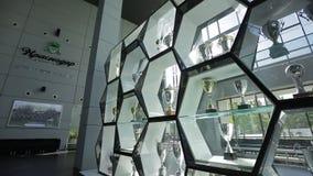 Glaskabinet met voetbalkoppen, algemeen schot stock footage