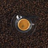Glaskaffeetasse mit frischem gebildetem Espresso Lizenzfreies Stockfoto