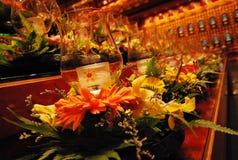 Glaskerzenhalter an einem Altar gebadet in den bernsteinfarbigen Innenlichtern stockfoto