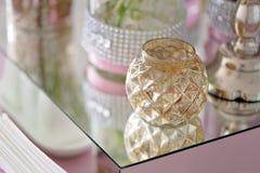 Glaskerzenständer der schönen Weinlese auf einer Tabelle Stockfoto