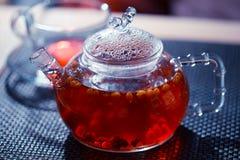 Glaskessel mit rotem Tee Stockfoto