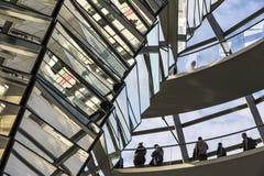 Glaskoepel van de bouw van Reichstag Bundestag in Berlijn royalty-vrije stock foto