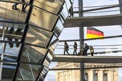 Glaskoepel van de bouw van Reichstag Bundestag in Berlijn stock foto