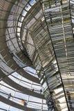 Glaskoepel van de bouw van Reichstag Bundestag in Berlijn stock afbeelding