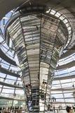 Glaskoepel van de bouw van Reichstag Bundestag in Berlijn royalty-vrije stock foto's
