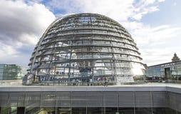 Glaskoepel van de bouw van Reichstag Bundestag in Berlijn, Duitsland stock foto