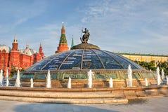 Glaskoepel van het winkelcomplex van Okhotny Ryad Stock Foto's