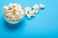 Glaskom met popcorn, exemplaarruimte royalty-vrije stock foto