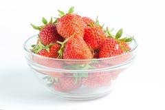 Glaskom met rijpe en sappige aardbeien wordt gevuld die Stock Foto's