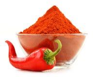 Glaskom met roodgloeiende Spaanse peperpeper op wit Royalty-vrije Stock Fotografie
