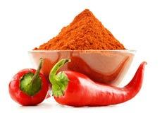 Glaskom met roodgloeiende Spaanse peperpeper op wit Stock Afbeeldingen