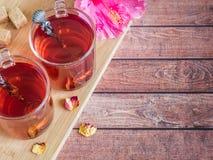 Glaskop met de rode bloem van de thee roze hibiscus op donkere houten achtergrond Royalty-vrije Stock Foto