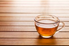 Glaskop thee over een houten lijst met negatieve ruimte op le stock foto's