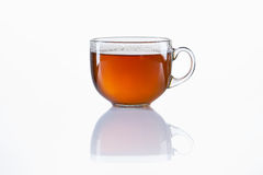 Glaskop van zwarte thee op witte achtergrond Stock Foto's