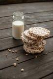 Glaskruik eigengemaakte melk, heerlijk knäckebrood op houten lijst als achtergrond Royalty-vrije Stock Afbeeldingen