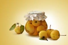 Glaskruik met binnen appelen Stock Foto