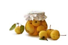 Glaskruik met binnen appelen Stock Foto's