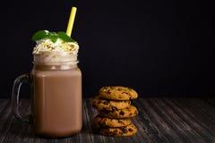 Glaskruik met cacao en koekjes royalty-vrije stock fotografie