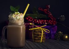 Glaskruik met cacao of hete chocolade royalty-vrije stock foto