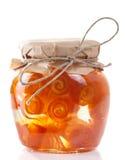 Glaskruik met de domeinen van de citrusvruchtenschil op wit worden geïsoleerd dat Stock Foto