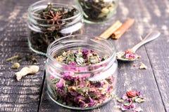 Glaskruik met droge thee Houten achtergrond Stock Afbeeldingen